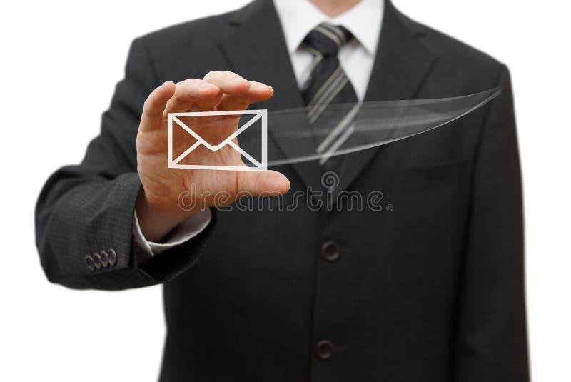 Affärsman som fångar den faktiska emailsymbolen arkivbild