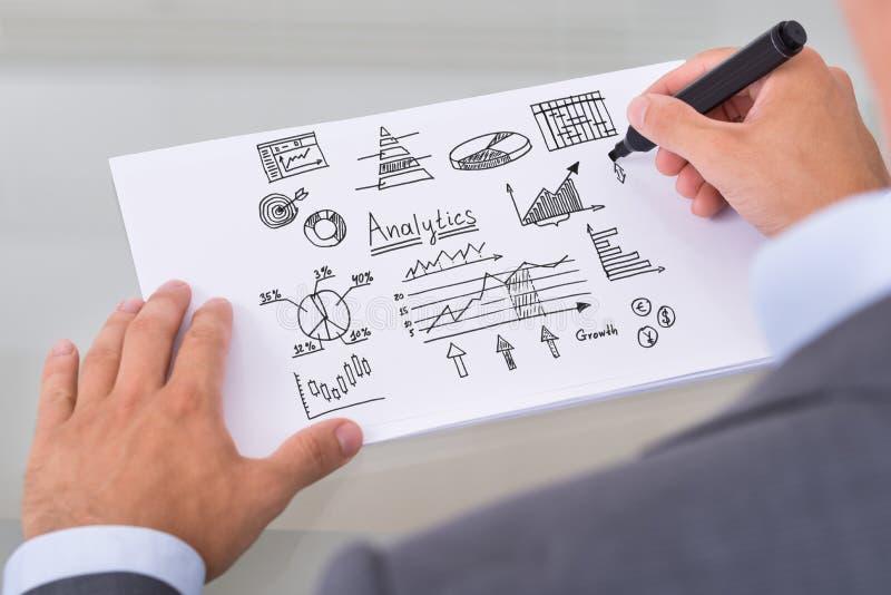 Affärsman som förbereder analytiska diagram royaltyfri fotografi