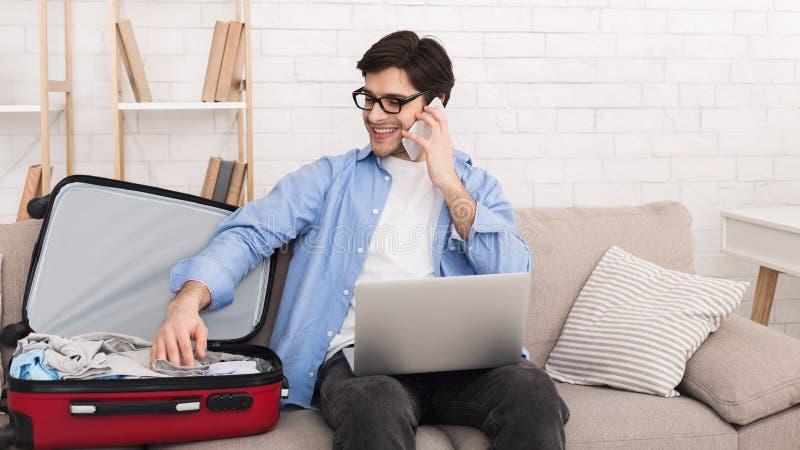 Affärsman som förbereder sig för affärstur som talar på telefonen arkivbild