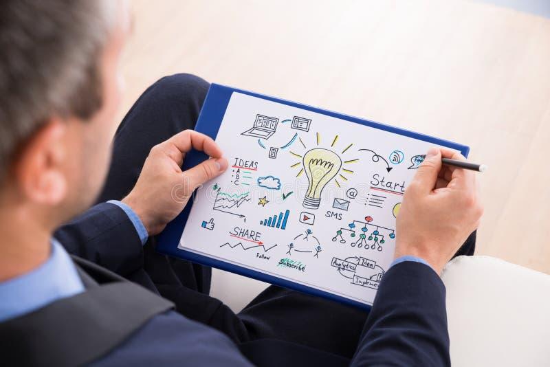 Affärsman som förbereder startup plan royaltyfri bild