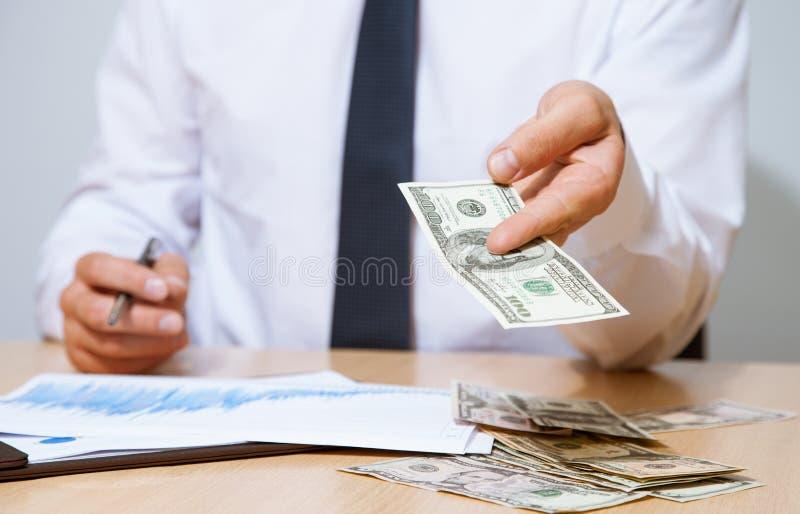 Affärsman som föreslår pengar till dig arkivbilder