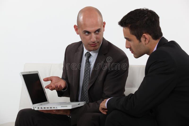 Affärsman som förklarar hans arbete arkivfoton