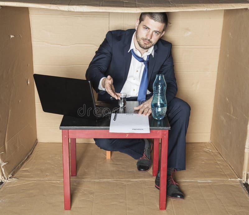 Affärsman som firar ett nytt avtal per exponeringsglas av alkohol royaltyfria foton