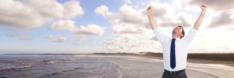 Affärsman som firar på kustlinjen arkivbilder