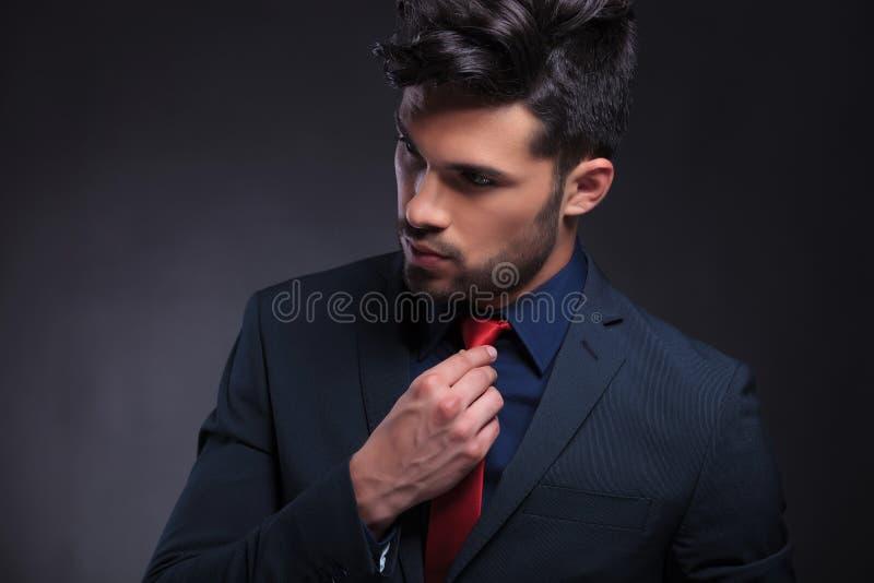 Affärsman som fixar hans band och bort ser fotografering för bildbyråer