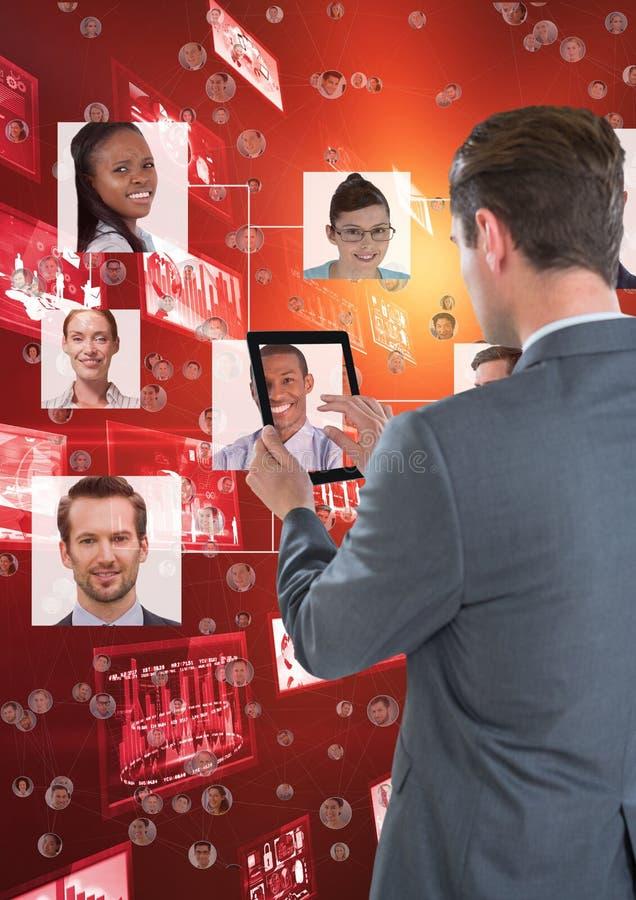 Affärsman som framme arbetar på hans minnestavla av organisationsdiagrammet tillbaka till fotografiet stock illustrationer