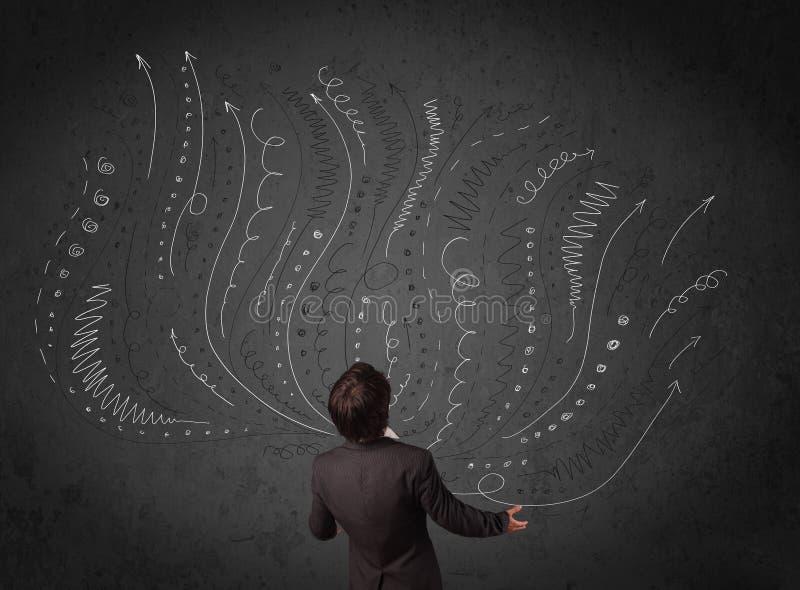 Affärsman som framme tänker med skissade pilar av en chalkboa arkivbilder