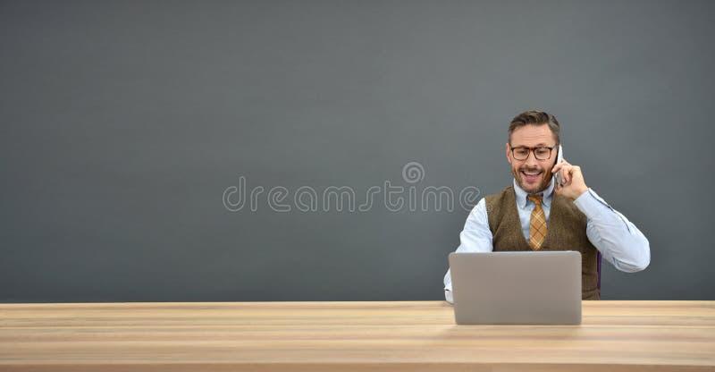 Affärsman som framme talar på telefonen av den isolerade bärbara datorn arkivfoton