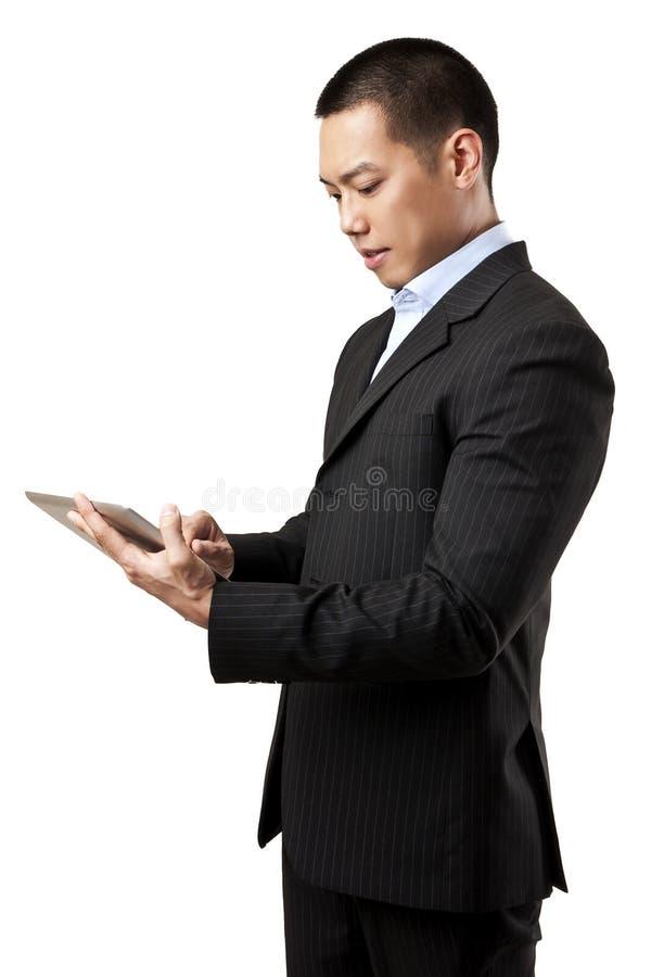 Affärsman som fungerar på den digitala tableten arkivbild