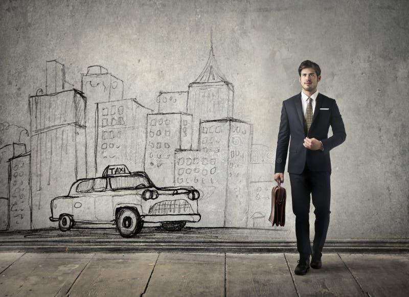 Affärsman som går i staden royaltyfria bilder