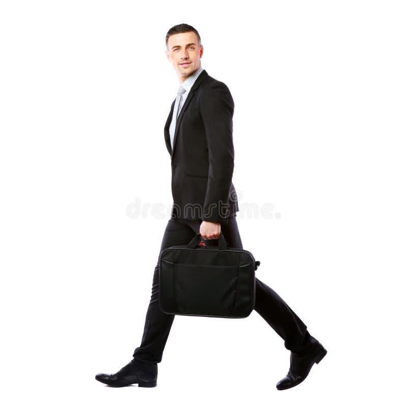 Affärsman som går med bärbar datorpåsen arkivbilder