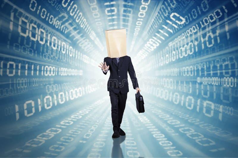 Affärsman som går med binär kod royaltyfri bild