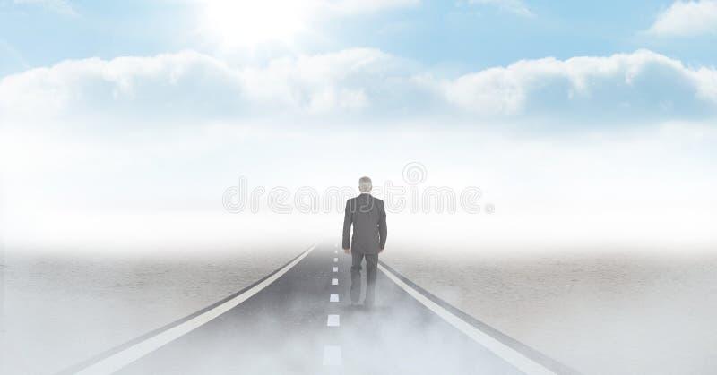 Affärsman som går på vägen arkivfoto