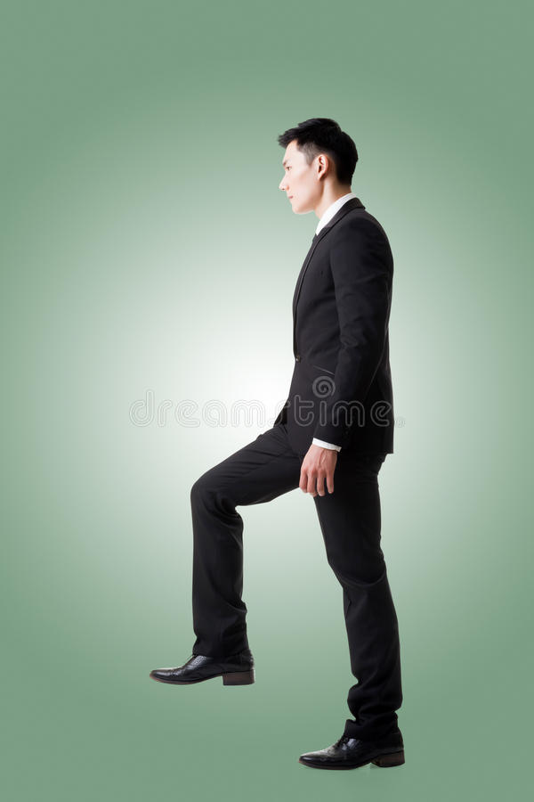 Affärsman som går upp på trappa royaltyfri fotografi
