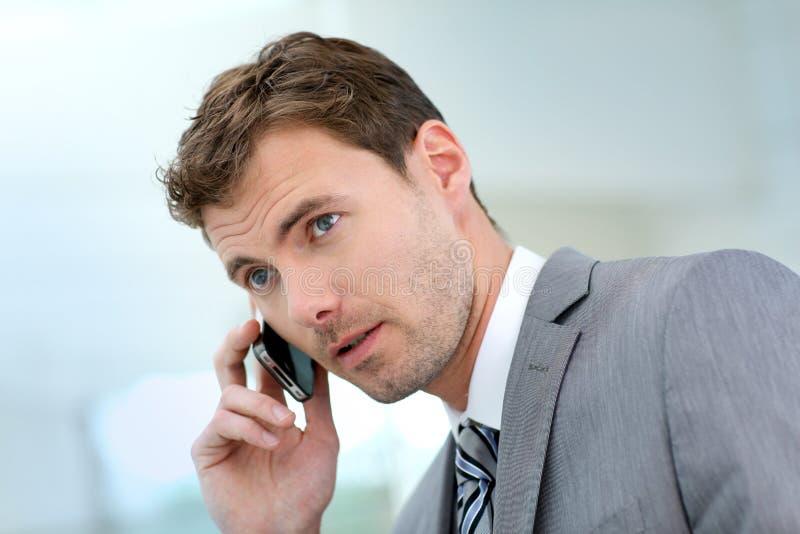 Affärsman som gör en phonecall royaltyfri bild