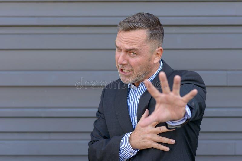 Affärsman som gör en stoppgest med hans hand arkivfoto