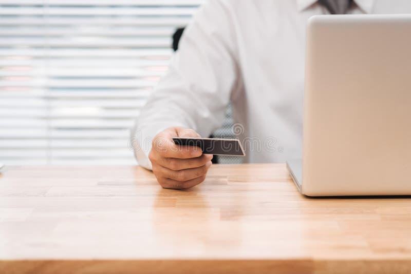 Affärsman som gör online-bankrörelsen, gör en betalning eller köper ett p royaltyfri foto
