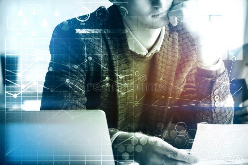 Affärsman som gör skrivbordsarbete, redovisningsbegrepp royaltyfri fotografi