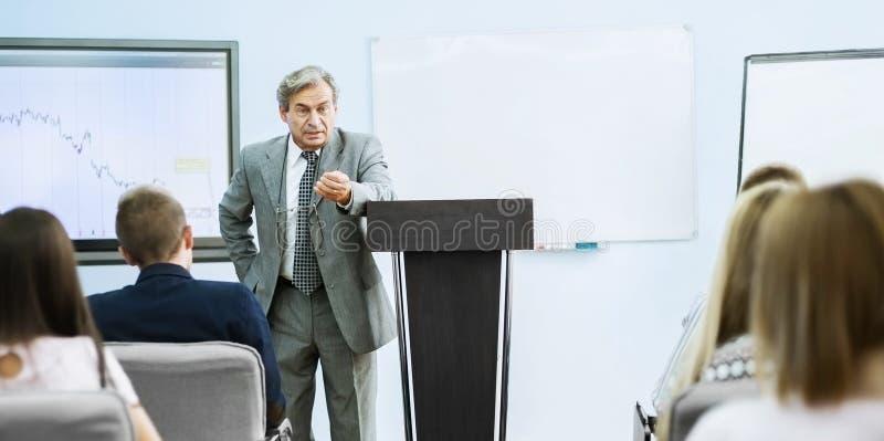 Affärsman som ger en presentation på konferensen Schacket figurerar bishops fotografering för bildbyråer