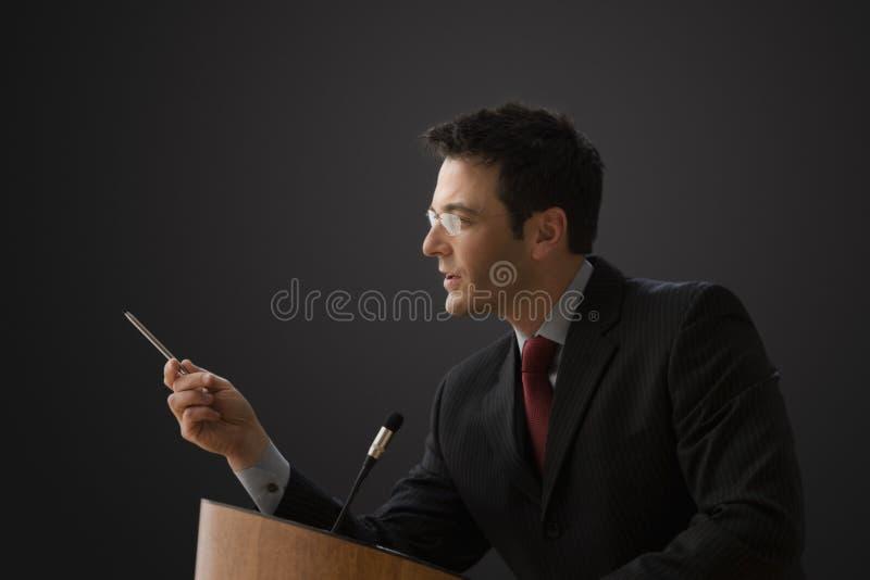 affärsman som ger föreläsning royaltyfri fotografi