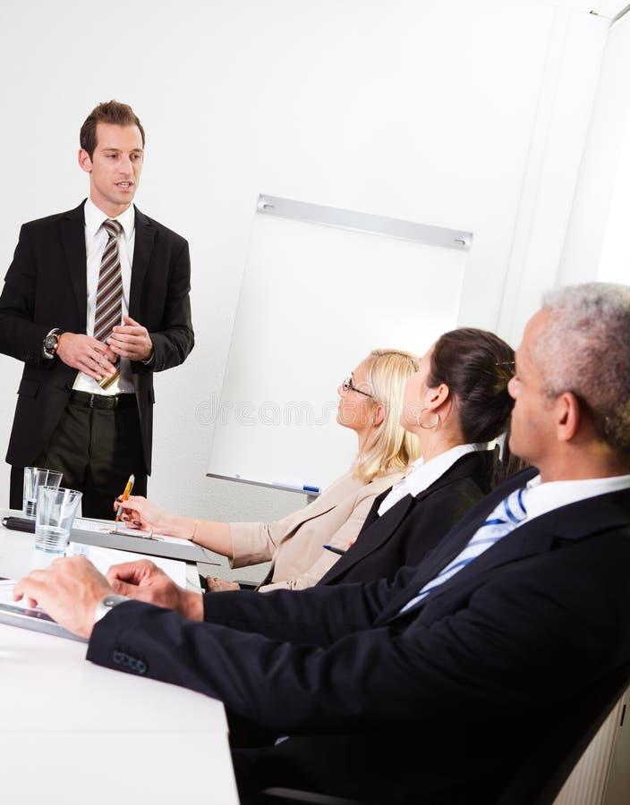 affärsman som ger presentation royaltyfria bilder