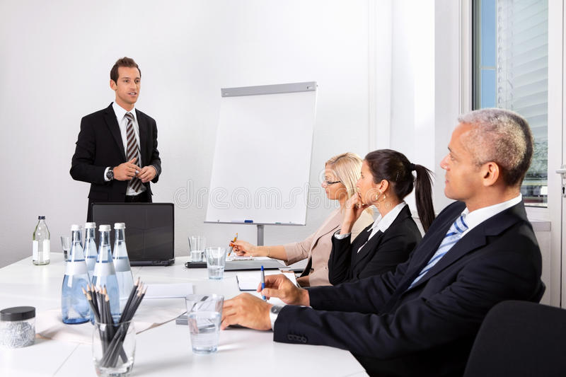 affärsman som ger presentation royaltyfri bild