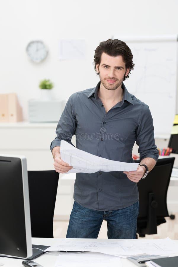 Affärsman som handlar med skrivbordsarbete royaltyfri foto