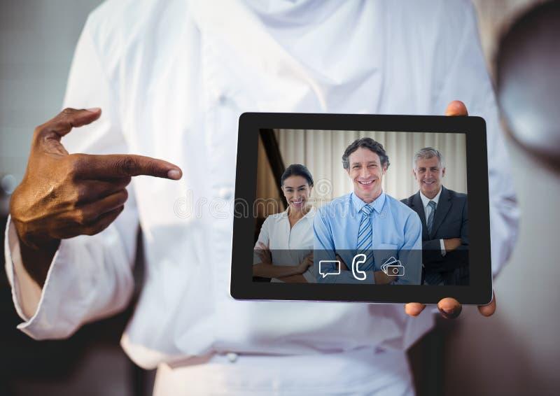 Affärsman som har den videopd appellen med kollegor på den digitala minnestavlan royaltyfria foton
