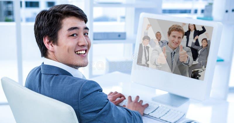 Affärsman som har den videopd appellen med kollegor på den skrivbords- datoren arkivfoto