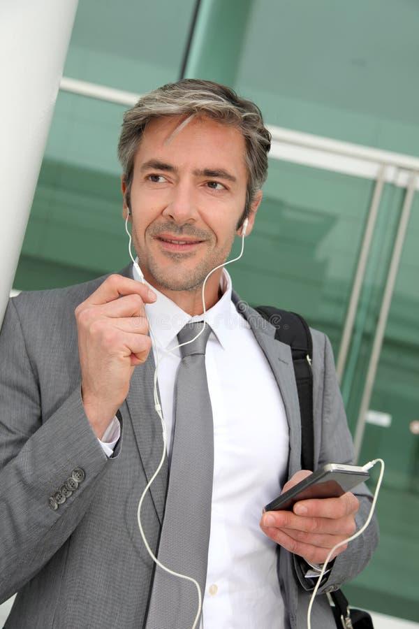 Affärsman som har en telefonkonversation arkivbilder