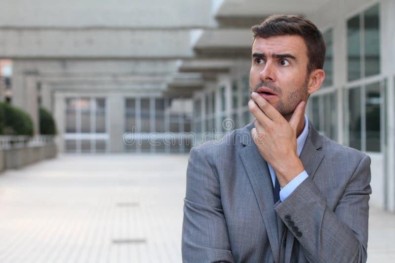 Affärsman som har ett viktigt dilemma royaltyfria foton