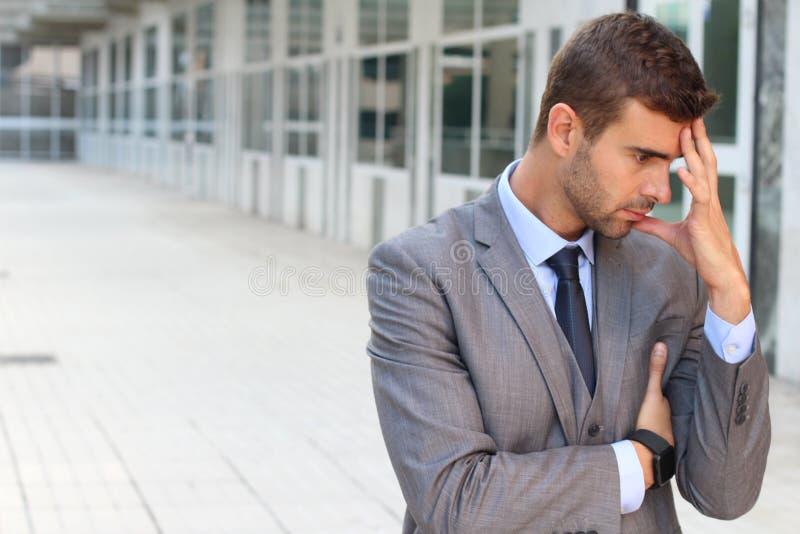 Affärsman som har ett viktigt dilemma royaltyfria bilder