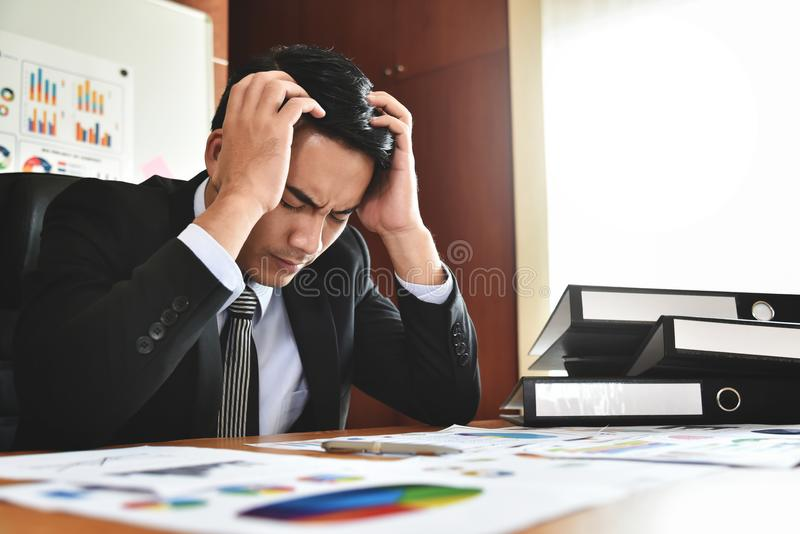 affärsman som har huvudvärk arkivbilder