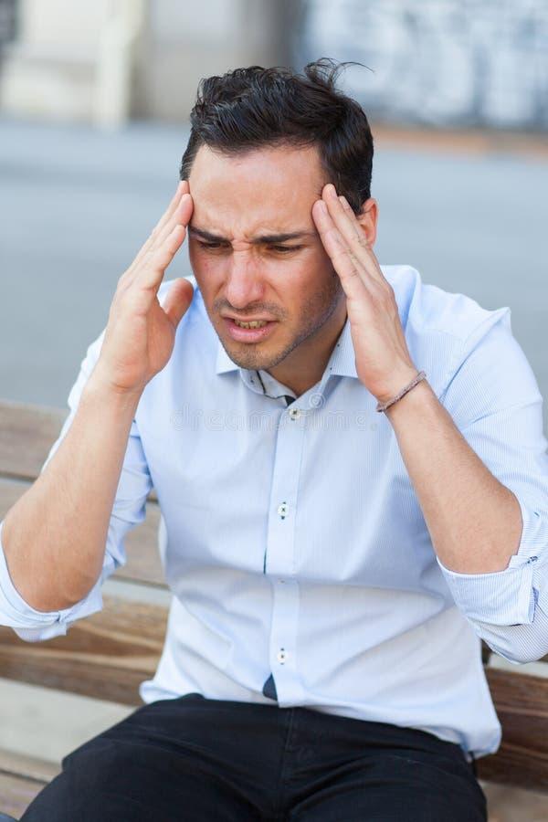 affärsman som har huvudvärk arkivbild