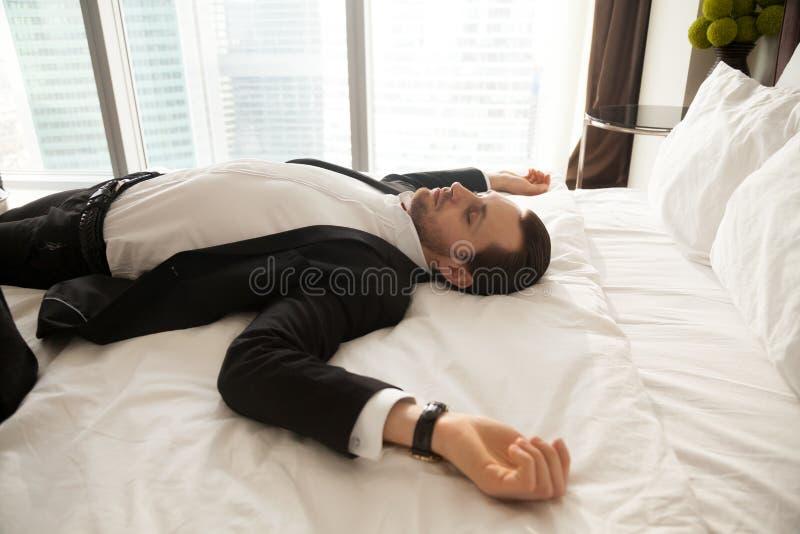 Affärsman som hemma vilar efter hård dag på arbete arkivfoto