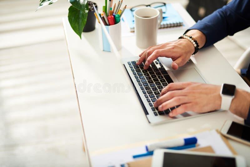 Affärsman som i regeringsställning arbetar på PC:N royaltyfri foto