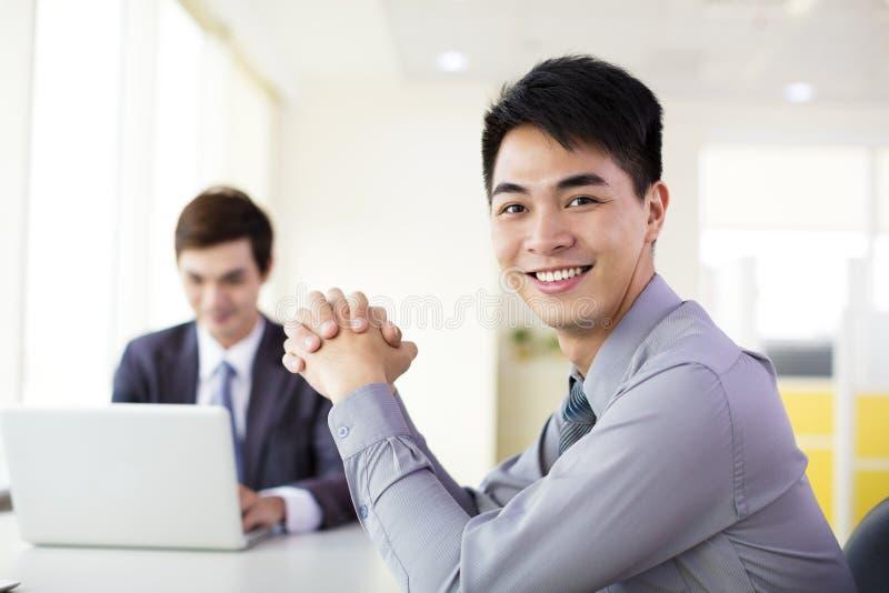 Affärsman som i regeringsställning fungerar royaltyfri bild