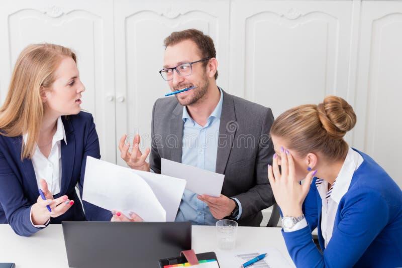 Affärsman som inte tillfredsställs med förslaget av hans kollega på royaltyfri foto