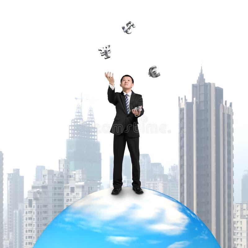 Affärsman som jonglerar med pengarsymbol på boll arkivbild