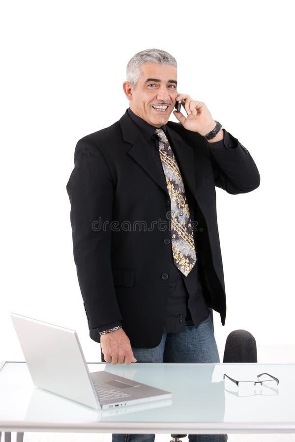 affärsman som kallar telefonen fotografering för bildbyråer
