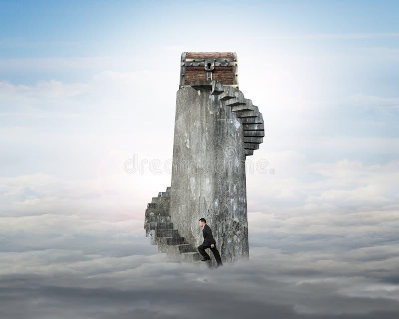 Affärsman som klättrar spiraltrappuppgången in mot skattbröstkorg på t fotografering för bildbyråer
