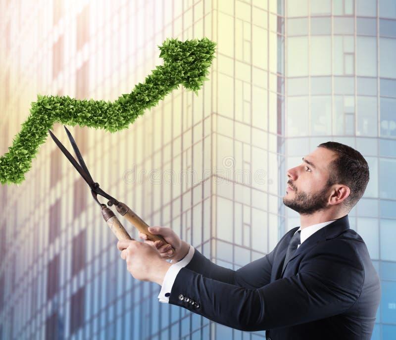 Affärsman som klipper och justerar en växt som formas som en pilstatistik Begrepp av det startup företaget framförande 3d fotografering för bildbyråer
