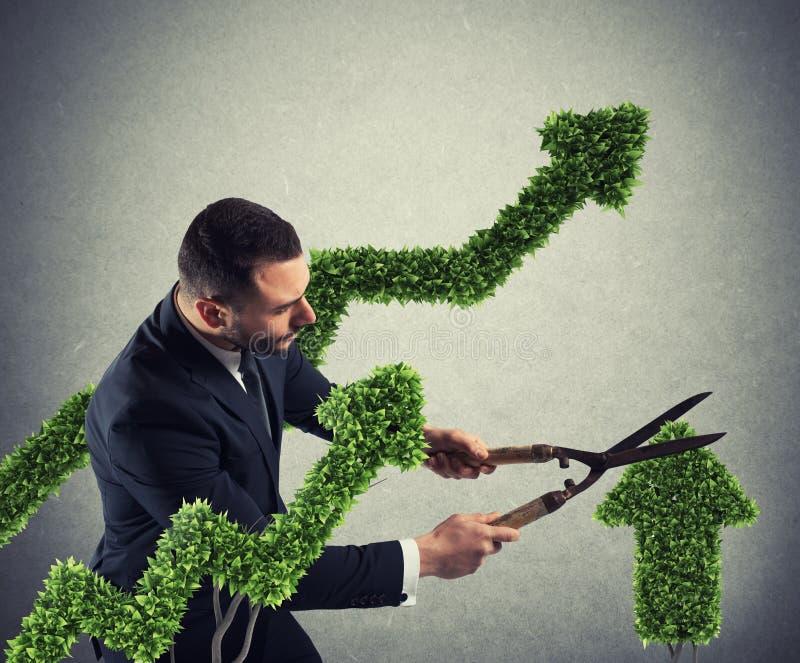 Affärsman som klipper och justerar en växt som formas som en pilstatistik Begrepp av det startup företaget framförande 3d arkivfoton