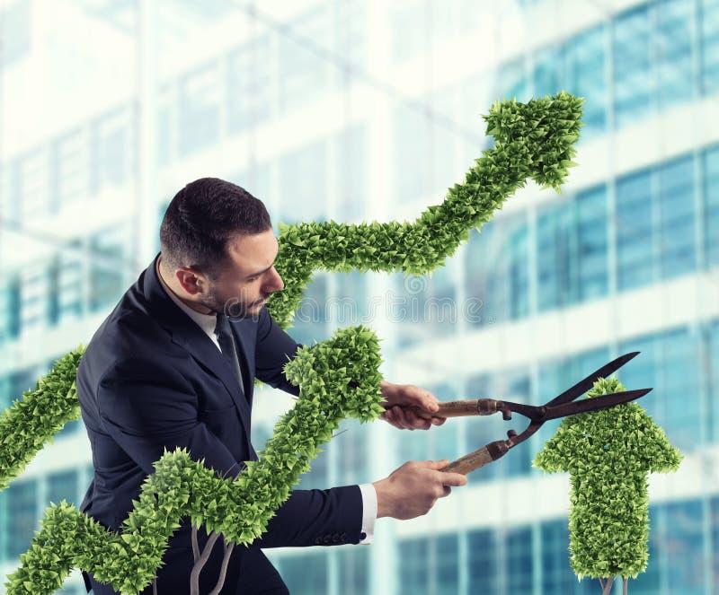 Affärsman som klipper och justerar en växt som formas som en pilstatistik Begrepp av det startup företaget framförande 3d royaltyfria bilder