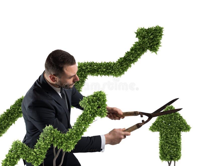 Affärsman som klipper och justerar en växt som formas som en pilstatistik Begrepp av det startup företaget framförande 3d royaltyfri fotografi
