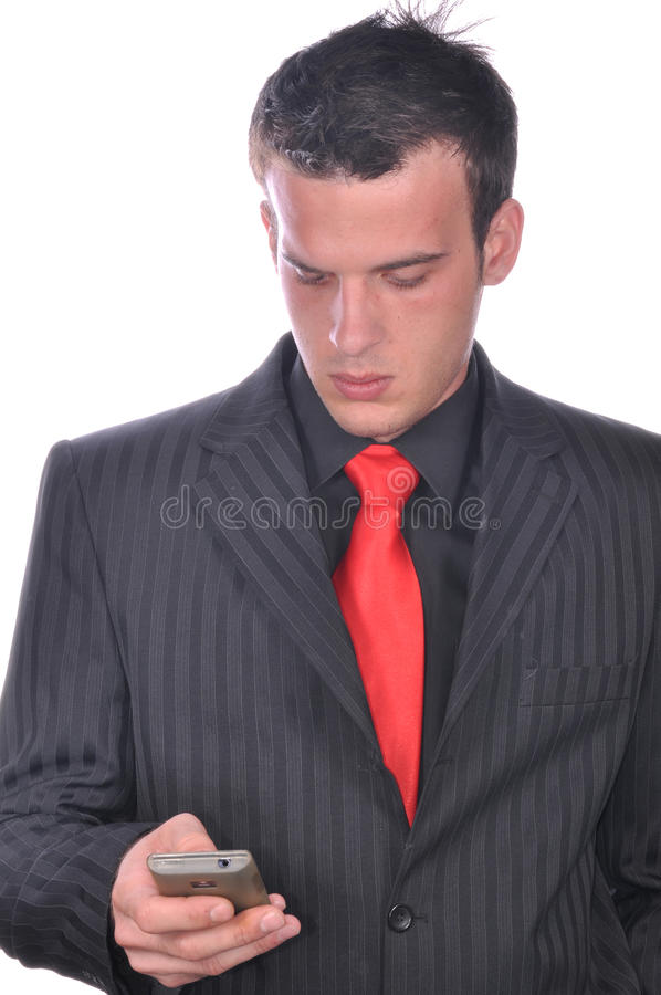 Affärsman som kontrollerar hans smartphone arkivbilder