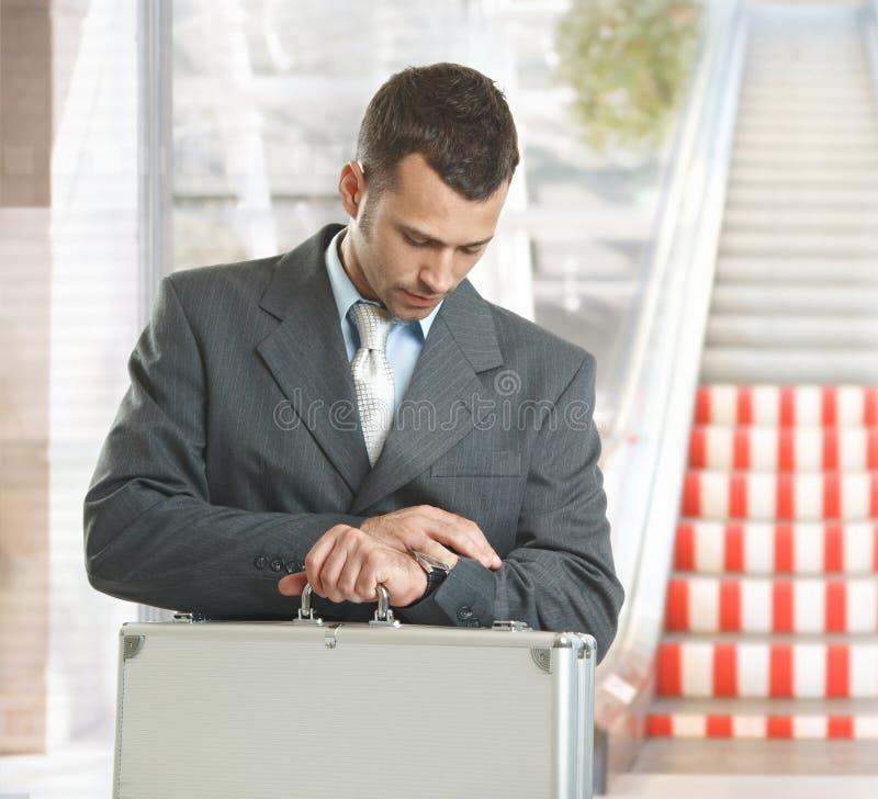 affärsman som kontrollerar tid royaltyfri bild