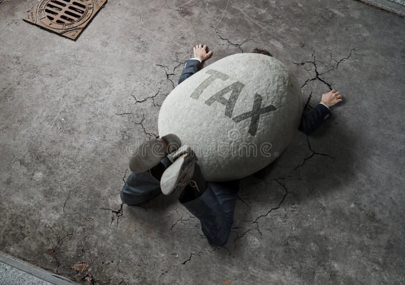 Affärsman som krossas av stenen royaltyfri fotografi
