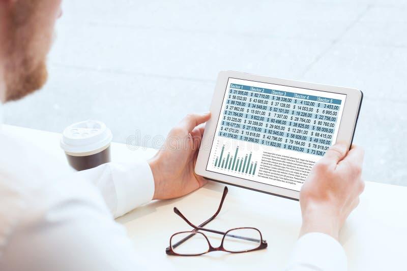 Affärsman som läser den finansiella rapporten fotografering för bildbyråer