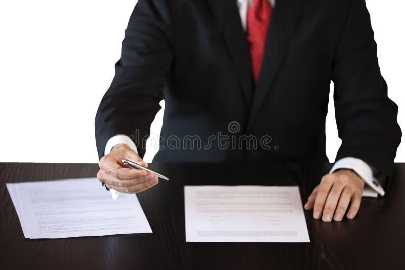 Affärsman som lånar en penna för att underteckna ett avtal royaltyfri fotografi